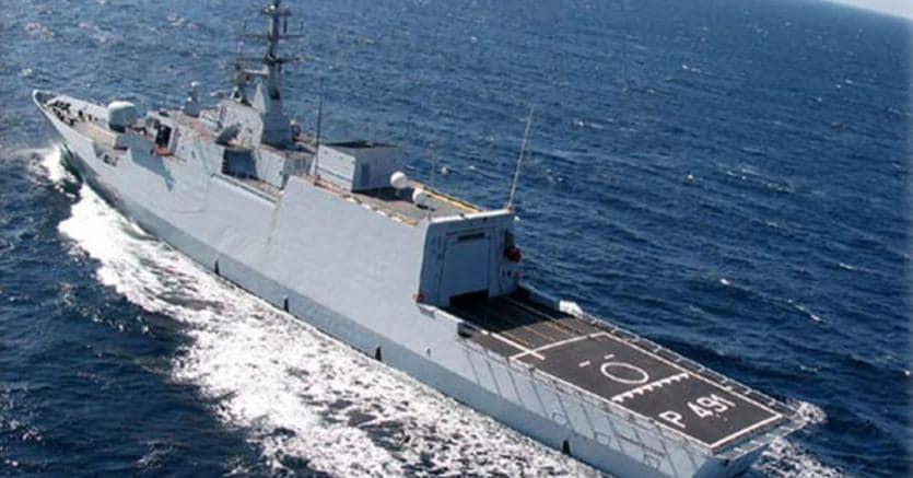 La nave Comandante Borsini in  missione di ricognizione  in Libia (Ansa)