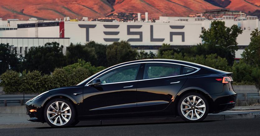 La nuova Tesla Model 3 (Ap)