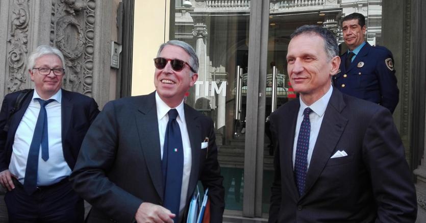 Giuseppe Recchi (a destra) e Arnaud Roy de Puyfontaine (al centro), presidente esecutivo e vicepresidente di Telecom (Ansa)