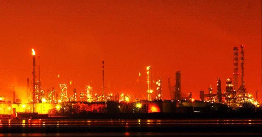 Veduta notturna dello stabilimento di Marghera (Fotogramma)