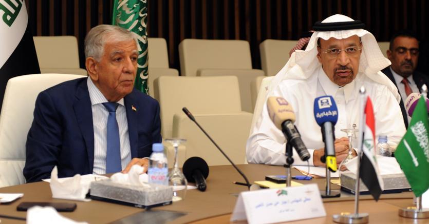 Il ministro del petrolio  iracheno Jabbar Al Luaibi (a sinistra) con il ministro dell'Energia dell'Arabia saudita,  Khalid Al Falih (Afp)