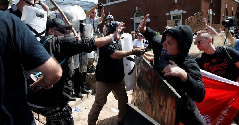 Gli scontri fra opposte fazioni a Charlottesville (Reuters)