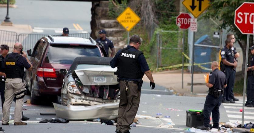 La polizia ispeziona l'auto che ha investito e ucciso una persona a Charlottesville (EPA)