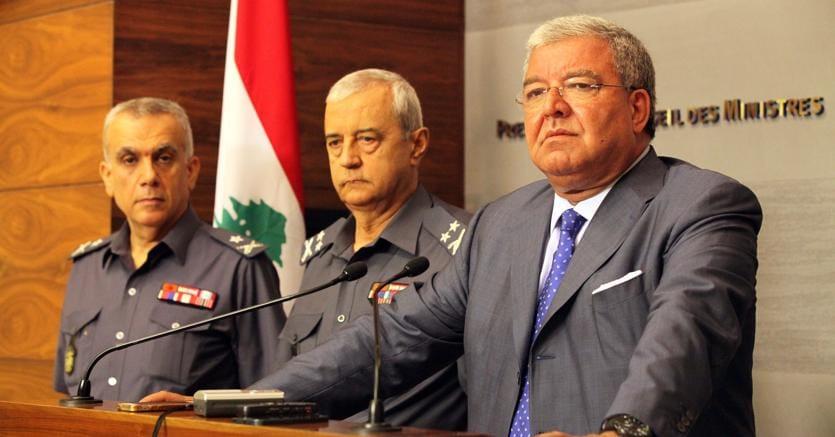 A destra il ministro dell'Interno libanese Nouhad al Mashnouq (Afp)