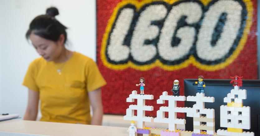 Il colosso dei mattoncini Lego taglia 1.400 posti