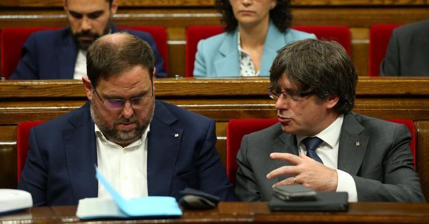 Il presidente della Catalogna, Carles Puigdemont (a destra) in Parlamento con l'alleato della Sinistra repubblicana, Oriol Junqueras