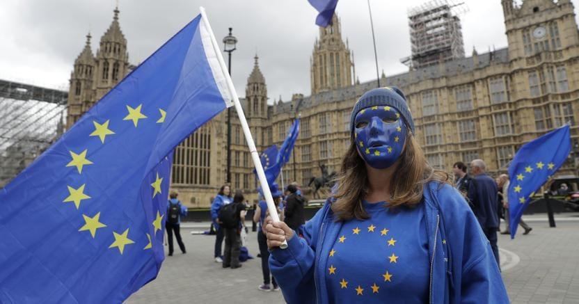 Manifestazioni a favore della Ue davanti al Parlamento britannico a Londra (Ap)