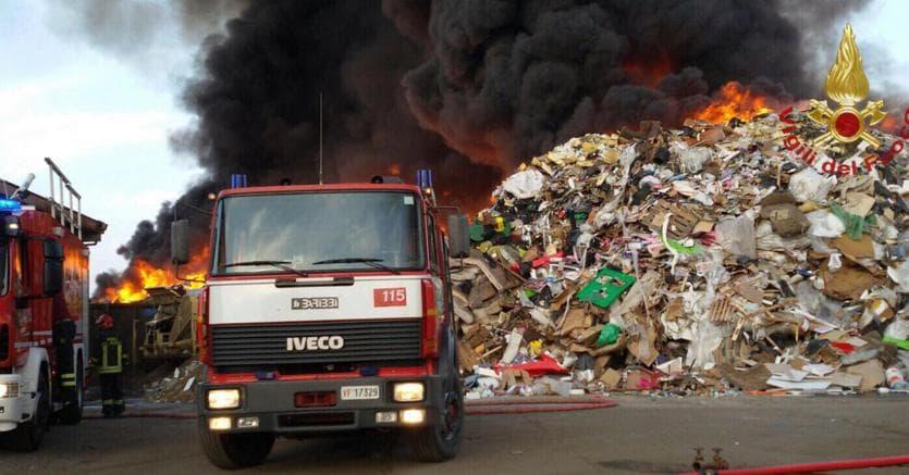 In fiamme azienda di rifiuti nel Pavese, rischio diossina