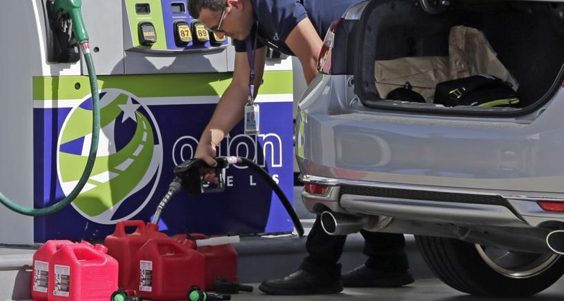 Scorte di benzina, a Miami, prima di lasciare la città  (AP Photo/Alan Diaz )
