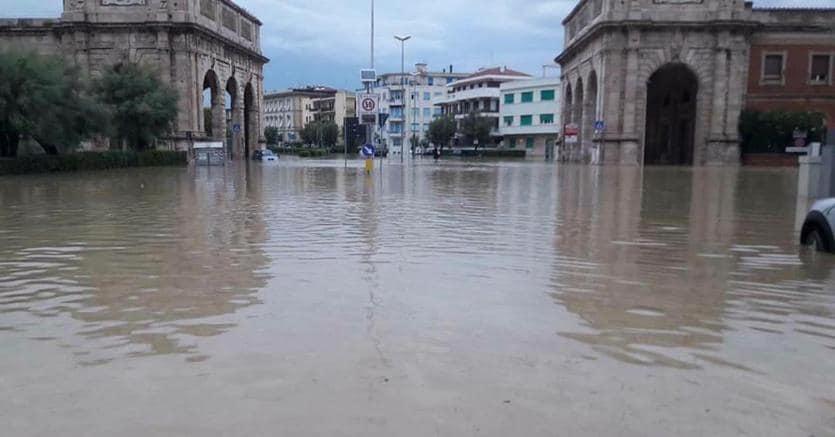 Livorno allagata dopo il nubifragio (Ansa)