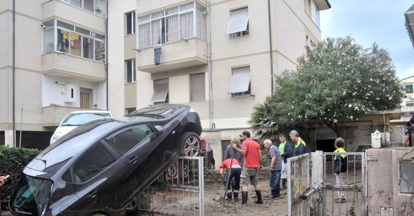 Operazioni di soccorso a Livorno dopo l'alluvione (Ansa)