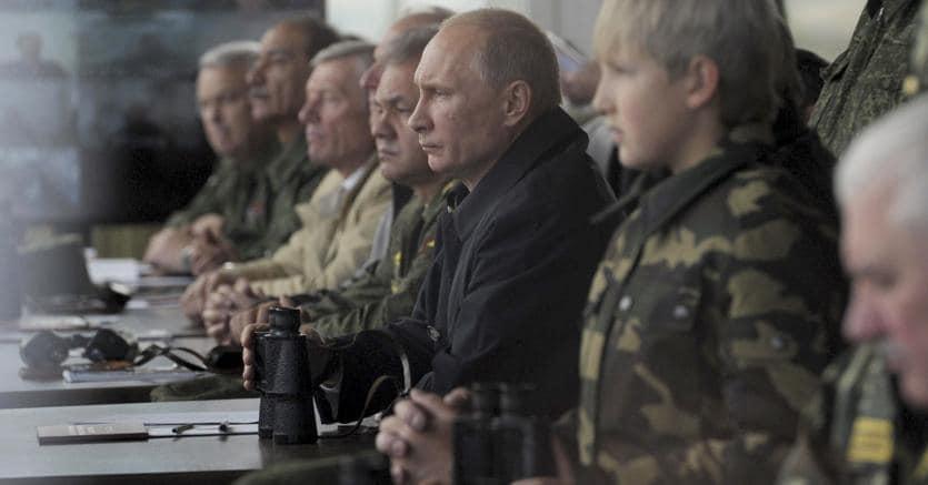 Giochi di guerra:Vladimir Putin a Grodno, Bielorussia, durante le esercitazioni Zapad nel 2013 (Reuters)