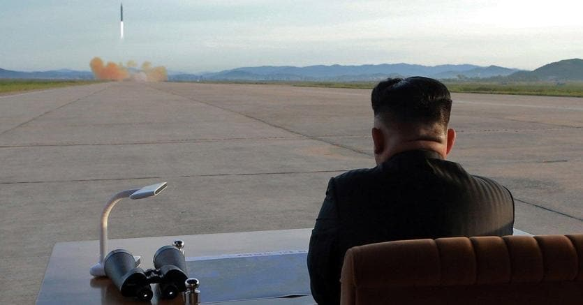 Kim Jong-un assiste al lancio di un missile Hwasong-12 (EPA/KCNA)