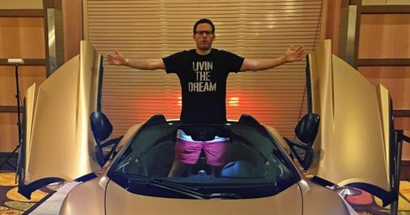 Tim Sykes a bordo di una supercar (immagine dal profilo Instagram)