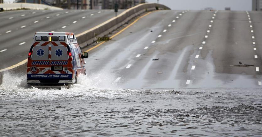 Ambulanza a Porto Rico dopo il passaggio dell'uragano Maria (Afp)