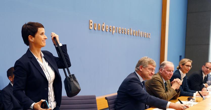 Fraunke Petry lascia la conferenza stampa con gli altri leader di Alternative für Deutschland