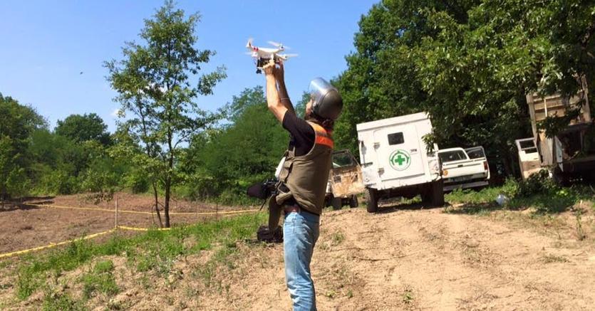 Il fotoreporter RoccoRorandelli lancia il suo drone su un campo minato in Bosnia