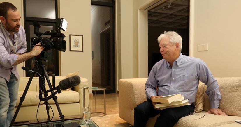 Richiard H. Thaler si prepara per  un'intervista subito dopo aver appreso di aver vinto il premio Nobel per l'Economia 2017(Foto Afp)