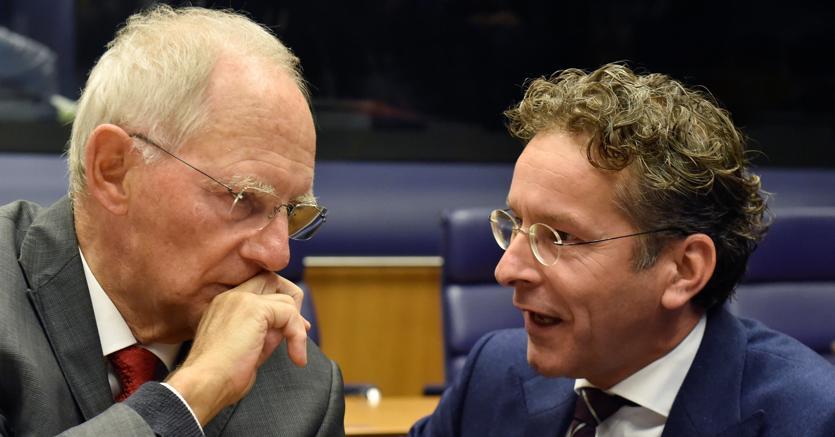 Il ministro delle Finanze tedesco Wolfgang Schaeuble e il presidente dell'Eurogruppo Jeroen Dijsselbloem
