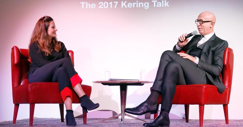 Da sinistra, Livia Firth (fondatrice di Eco Age) e Marco Bizzarri (amministratore delegato di Gucci)