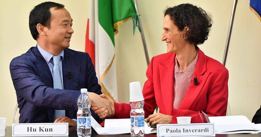 Hu Kun, presidente di Zte Western Europe e Ceo di Zte Italy e il rettore dell'ateneo dell'Aquila Paola Inverardi