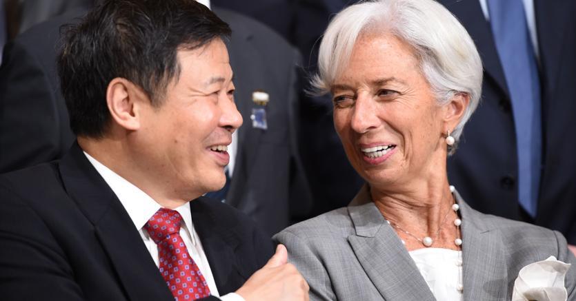 Il ministro cinese delle finanze, Zhu Guagyao, e il direttore generale del Fmi, Christine Lagarde (Afp)