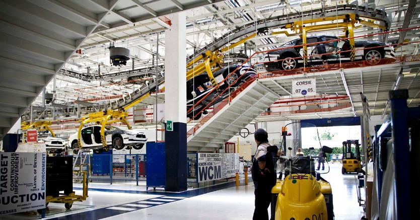 La linea di montaggio della Maserati nello stabilimento di Grugliasco, Torino (Fotogramma)