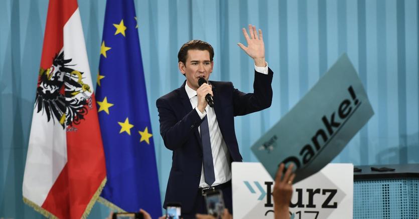 Il leader dei Popolari Sebastian Kurz festeggia la vittoria