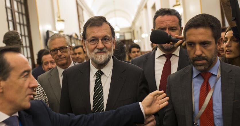 Il premier spagnolo Mariano Rajoy incalzato dai cronisti oggi all'uscita dal Parlamento di Madrid