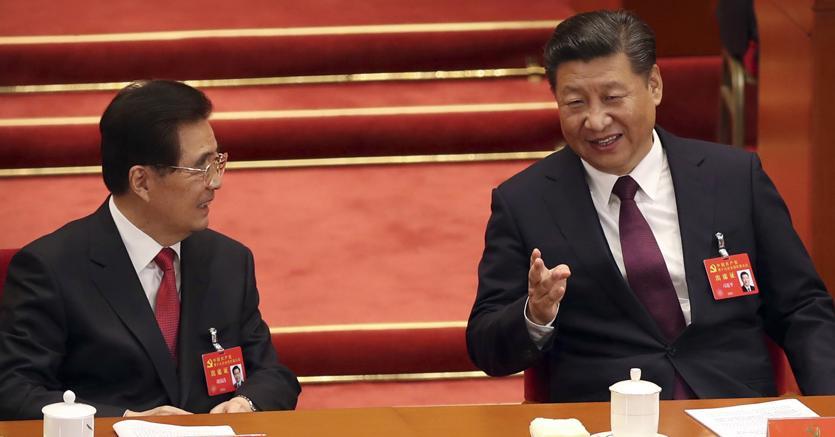 Da sinistra, l'ex presidente cinese Hu Jintao e l'attuale capo dello Stato Xi Jinping (Ap)