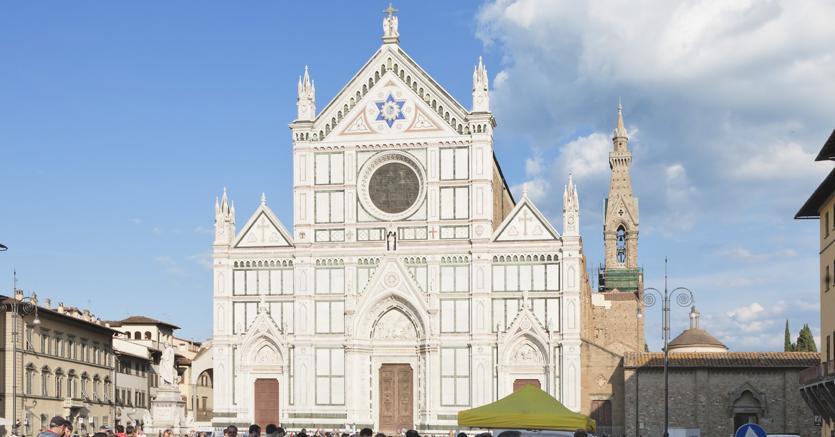 Firenze, pezzo di capitello si stacca da Santa Croce: muore turista
