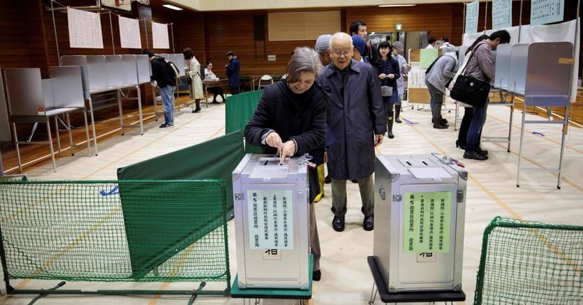 In Giappone gli exit poll danno netta vittoria della coalizione di Abe