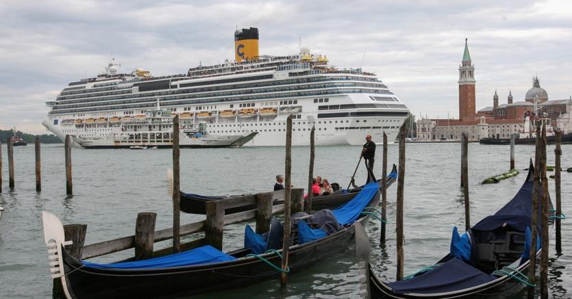 Via da Venezia, grandi navi a Marghera