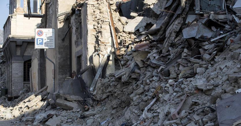 Le macerie delle palazzine lungo Corso Umberto I ad Amatrice, crollate dopo il sisma del 24 agosto 2017