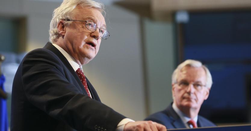 Il ministro per la Brexit, David Davis, e sullo sfondo il capo negoziatore Ue Michel Barnier