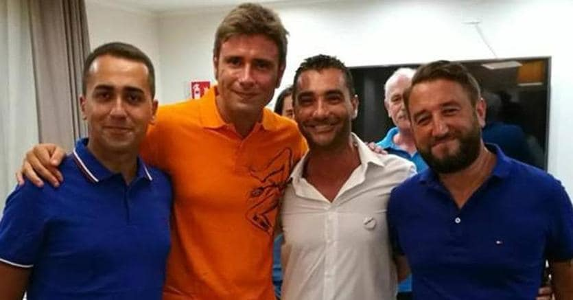 Fabrizio La Gaipa (secondo da destra), con Luigi Di Maio,  Alessandro Di Battista e Giancarlo Cancelleri in una foto tratta dal suo profilo facebook (Ansa)