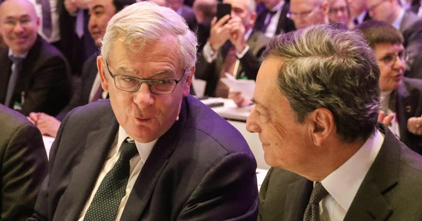 Da sinistra, il presidente di Bnp Paribas Jean Lemierre con Mario Draghi (Epa)