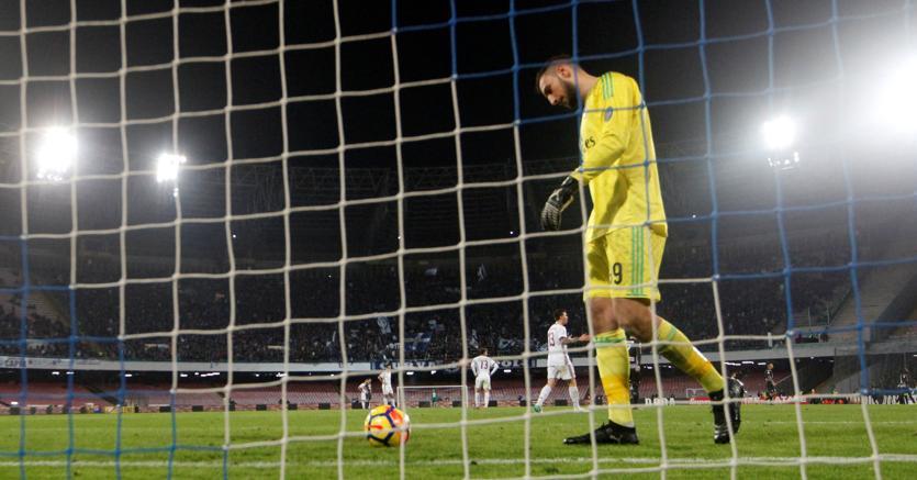 Gianluigi Donnarumma dopo uno dei due gol subiti dal Napoli nell'ultimo turno di campionato (Reuters)