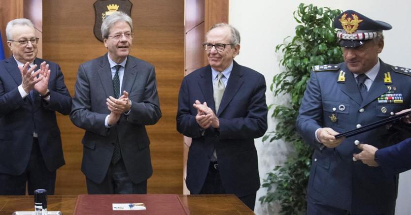Il premier Paolo Gentiloni all'inaugurazione dell'anno di studi della Gdf con il ministro dell'Economia Pier Carlo Padoan (foto Ansa)
