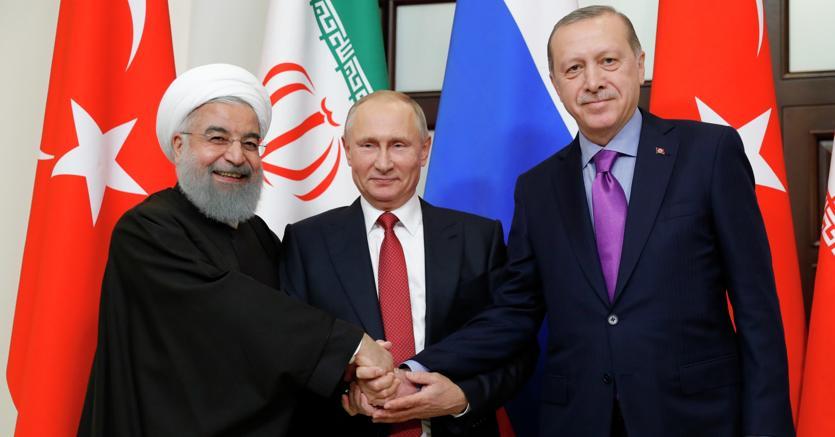 Tutti per uno:in attesa di definire il futuro della Siria, Putin ha riunito a Sochi l'iraniano Rohani (a sinistra) e il turco Erdogan