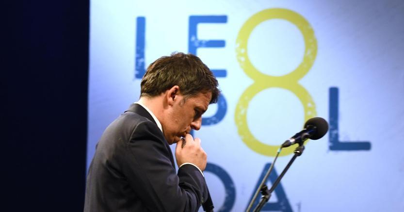 Il segretario del Pd Matteo Renzi sul palco della Leopolda a Firenze