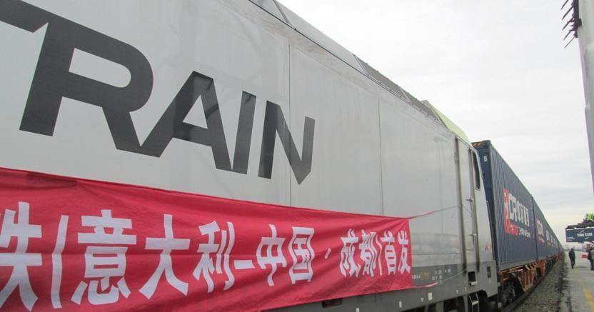 Il primo treno merci diretto Italia-Cina al terminal ferroviario del Polo logistico integrato di Mortara (Ansa)
