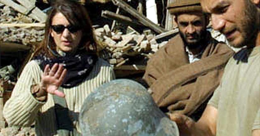 Una immagine d'archivio del 18 novembre 2001 che mostra che mostra Maria Grazia Cutuli (S) a Jalabad, Afghanistan, nel presunto covo di Osama Bin Laden bombardato dagli americani. Ansa