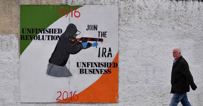 Un manifesto nell'area di Derry, a ricordare i vecchi fantasmi
