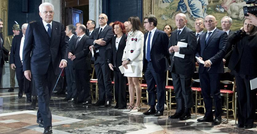 Il presidente Sergio Mattarella insieme ad alcuni dei premiati (Ansa)