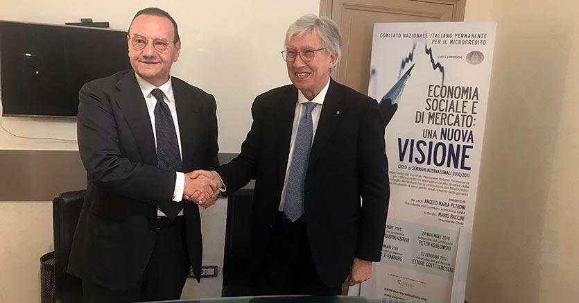 La stretta di mano fra il presidente di Confprofessioni, Gaetano Stella (a destra), e il presidente dell'Enm, Mario Baccini