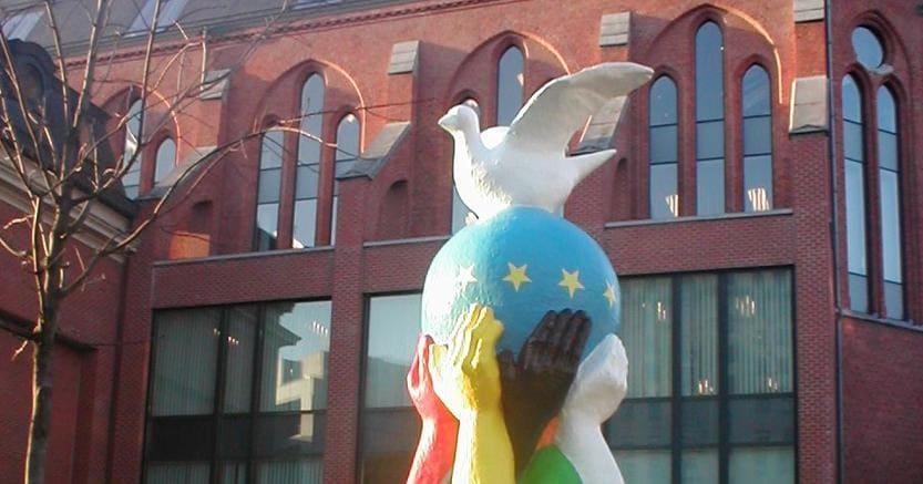 «Statua dell'Europa». È un'opera  offerta alla Commissione Ue dallo scultore francese Bernard Romain. È posta nel cuore del quartiere europeo di Bruxelles, incrocio di popoli e culture.
