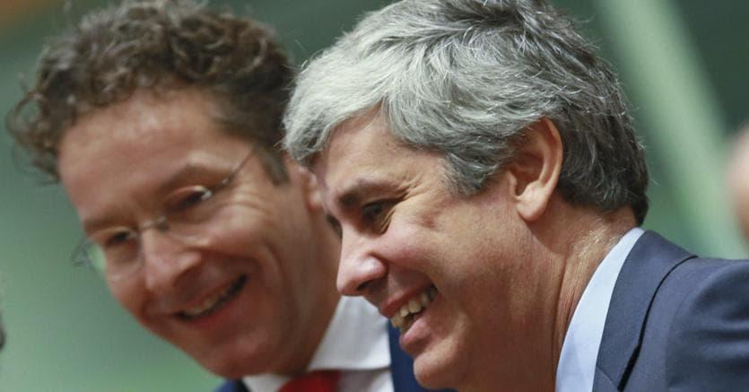 Passaggio di consegne.da sinistra, il presidente uscente dell'Eurogruppo Jeroen Dijsselbloem con il nuovo presidente Mario Ceneno (Epa)