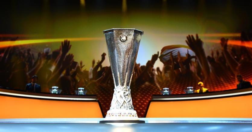 Il trofeo di Europa League durante la cerimonia dei sorteggi della Champions League,  al Grimaldi Forum, Monaco, 26 agosto 2016.( Mustafa Yalcin / Anadolu Agency/Afp)