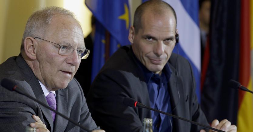 Wolfgang Schäuble e Yanis Varoufakis (Ap)